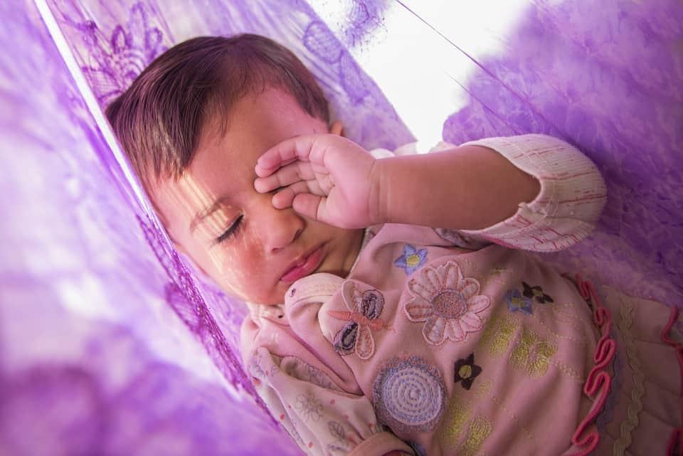 Bébé qui lutte contre le sommeil, raisons et conseils pour faire face à ce problème_maman.guide