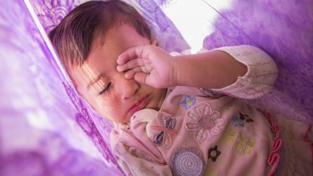 Bébé qui lutte contre le sommeil, raisons et conseils pour faire face à ce problème